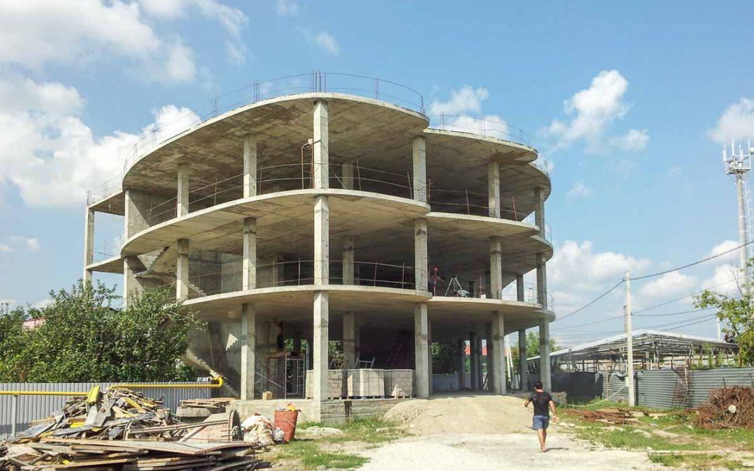 Компания «Кавказ Монолит Строй» начала работы по строительству торгового центра.